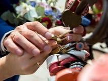 Heiratsnahes hohes des vorhängeschlosses stockbilder