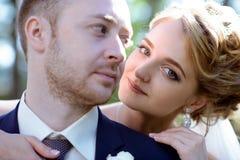 Heiratspaar auf der Natur umarmt sich Lizenzfreies Stockfoto