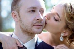 Heiratspaar auf der Natur umarmt sich Stockfotos