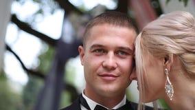 Heiratspaare auf Zeremonieaußenseite Schöne Braut und stattlicher Bräutigam Gerade geheiratet stock video footage