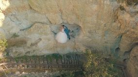 Heiratspaare zusammen auf der Steigung des Berges Reizender Bräutigam und Braut Sonnenuntergang Schießen von der Luft stock footage
