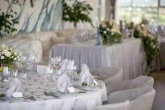 Heiratsstühle und Abdeckungen an einer Hochzeit im Freien Lizenzfreies Stockfoto