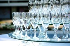 Heiratszeremoniedekoration des Sommers im Freien Champagnerweinglaspyramide auf einer Partei, Hochzeitsempfang oder anderem Ereig stockfoto