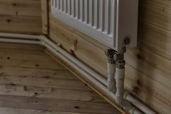 Heizkörper in einem Apartmenthaus lizenzfreies stockbild