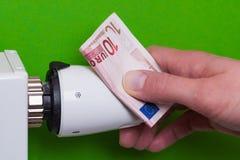 Heizkörperthermostat und hand- Grün Lizenzfreie Stockfotografie