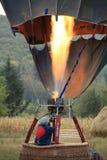 Heizung des Heißluftballons bevor dem Wegheben Stockfoto