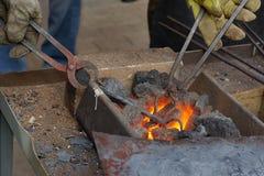 Heizung des Metalls bevor dem Schmieden Lizenzfreie Stockfotografie