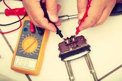 Heizung geprüft vom Mechaniker stockfotos
