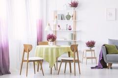 Heizung im Topf auf dem Tisch im stilvollen Wohnzimmerinnenraum stockfotos