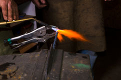 Heizung metall durch Gasbrenner in der Schmiede Lizenzfreies Stockbild