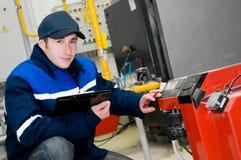 Heizungsingenieur im Dampfkesselraum Lizenzfreie Stockfotos