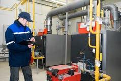 Heizungsingenieur im Dampfkesselraum Stockfoto