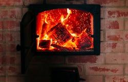 Heizungskonzept Feuer vom Ofen Brennholz im Ofen Lizenzfreie Stockbilder