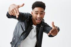 Hej, mężczyzna pozytywne emocje Młody atrakcyjny skinned mężczyzna wskazuje z z afro fryzurą w przypadkowych ubraniach zdjęcia stock
