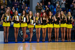 Hejaklacksledare dansar på basketdomstolen Arkivbild