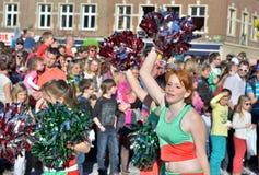 Hejaklacksledare i passage under årlig karneval i Nivelles Arkivbild
