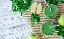 Hekelt Detox verse groene smoothie met spinazie, appel, mache veldsla, legt stock fotografie