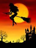Heks die op een bezemsteel vliegen Stock Foto