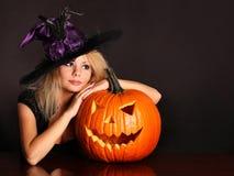 Heks met Halloween-pompoen royalty-vrije stock foto