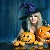 Heks met Halloween-Pompoenen stock fotografie