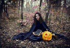 Heks met magisch boek Royalty-vrije Stock Afbeeldingen