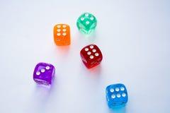 Heksagonalni barwioni kostka do gry na białym tle Fotografia Royalty Free