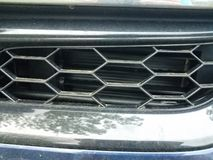 Heksagonalny grill na przodzie samochód lub samochód fotografia stock