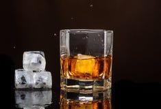 Heksagonalny szkło whisky z lodem na ciemnym tle i liczbą istni kostka lodu zdjęcie royalty free