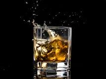Heksagonalny szk?o whisky brandy z lodem i plu?ni?cia od spada lodu obrazy royalty free