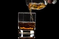 Heksagonalny szk?o whisky brandy z lodem i plu?ni?cia od spada lodu zdjęcie royalty free