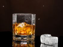 Heksagonalny szk?o whisky z lodem na ciemnym tle i liczb? istni kostka lodu fotografia royalty free