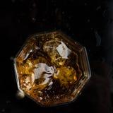 Heksagonalny szk?o whisky z trzy sze?cianami reala lodu odg?rny widok fotografia royalty free