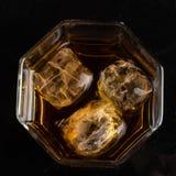 Heksagonalny szk?o whisky z trzy sze?cianami reala lodu odg?rny widok obraz royalty free