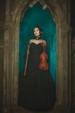 Heksenmeisje die bij nacht glimlachen Royalty-vrije Stock Foto's