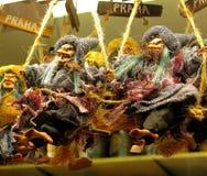 Heksenpoppen op bezemstokken Stock Foto