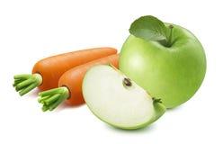 Hel äpple och skiva med nya morötter som isoleras på vit backg royaltyfria bilder