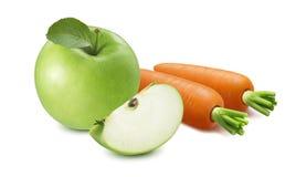 Hel äpple och skiva med nya morötter som isoleras på vit backg arkivbilder