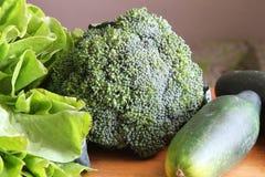 Hel broccoli med grönsallat och gurkan Arkivbilder