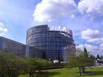 Hel byggnad för EU-parlament med blå himmel och moln över Wh Royaltyfria Bilder