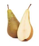 Hel en och (ett isolerat) halvt moget grönt päron, Royaltyfria Bilder