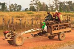 Hel familj på en traktor Royaltyfria Bilder