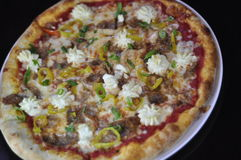 Hel gourmet- pizza med den skivade italienska korven, Ricottaost och bananpeppar Royaltyfria Foton