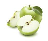 Hel halv fjärdedel för grönt äpple som isoleras på vit bakgrund royaltyfria bilder