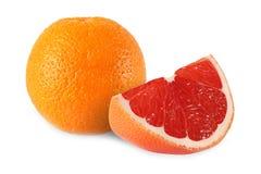 Hel isolerade apelsin och klippt grapefrukt Arkivfoto