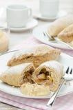 Hel-korn pies med äpplen och tokig lodlinje Arkivbild
