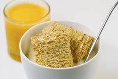 Hel kornsädesslag, honung och orange fruktsaft som är klara för frukost Arkivfoto