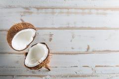 Hel och halv abstrakt bakgrund för tropisk frukt Kokosnöt på wh Royaltyfri Bild