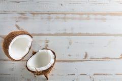 Hel och halv abstrakt bakgrund för tropisk frukt Kokosnöt på wh Royaltyfri Foto