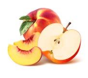 Hel persika, fjärdedel och äpplehalva som isoleras på vit bakgrund Royaltyfria Bilder