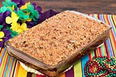 Hel sheetcake av en cajunkaka med bränd mandeltoppning. royaltyfri foto